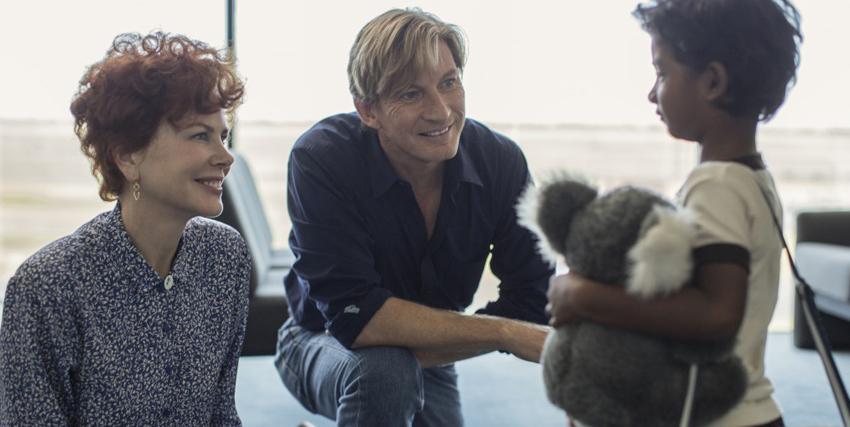 Lion: scena dell'incontro tra il bambino e un uomo e una donna sorridenti. Nerdface