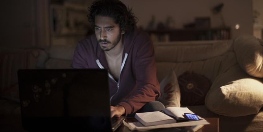 Lion. Recensione. Dave Patel al PC in una scena del film.