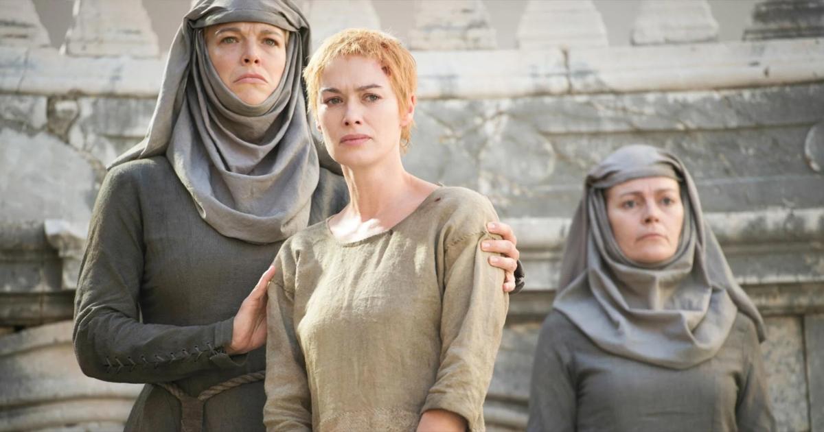 Game of Thrones: scena della vergogna per Cercei Lannister, con i capelli tagliati e un saio, tenuta per le spalle da Septa Unella.