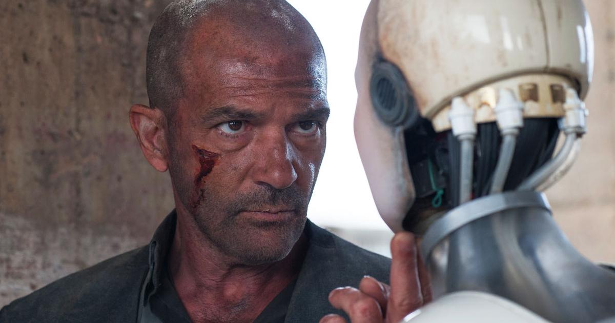 antonio banderas, rasato e ferito su una guancia, solleva il mento di un robot - nerdface