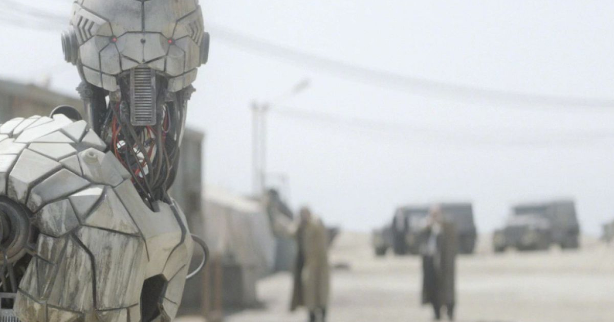 in un deserto polveroso, un robot forse non si accorge dell'arrivo all'orizzonte di antonio banderas - nerdface