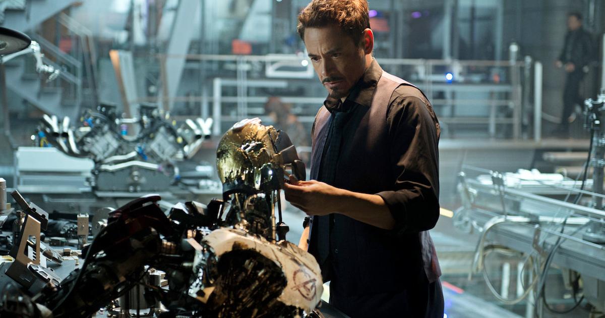tonyu stark è nel suo laboratorio e sta esaminando i resti di un robot - nerdface