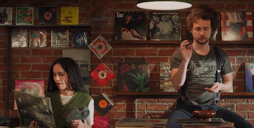 la protagonista e il suo amico e collega si stanno distraendo ascoltando un po' di musica - nerdface