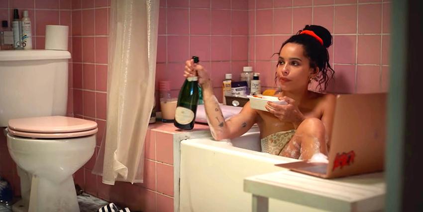 zoe kravitz mangia e beve champagne mentre è nella vasca da bagno, ma sembra che qualcosa o qualcuno stia attirando la sua attenzione - nerdface