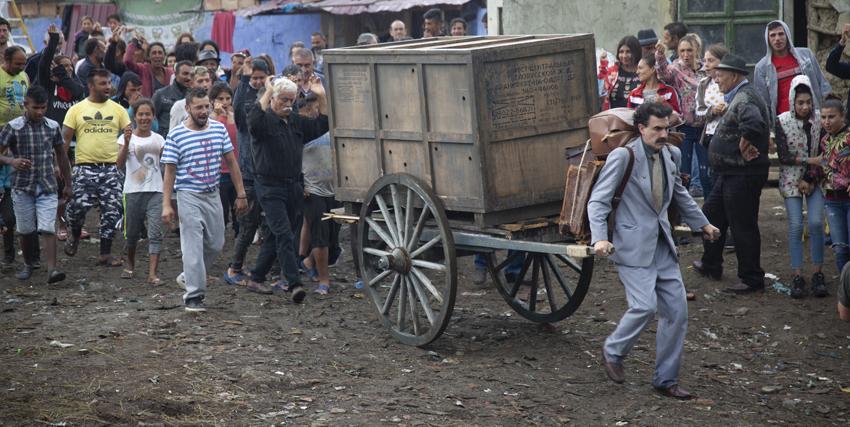 borat trascina un carretto di legno chiuso in un paese fangoso - nerdface