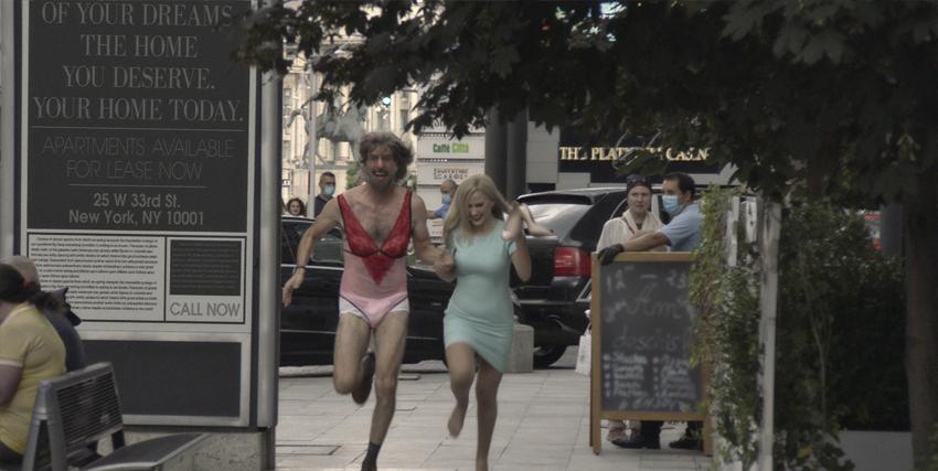 borat, in mutandine rosa e reggiseno rosso, scappa su una tsrada ineieme a una ragazza - nerdface