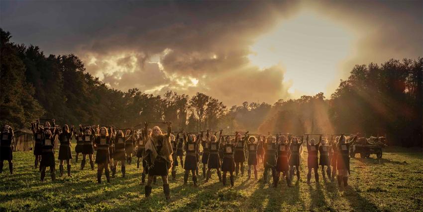 un esercito di guerrieri saluta il sorgere del sole - nerdface