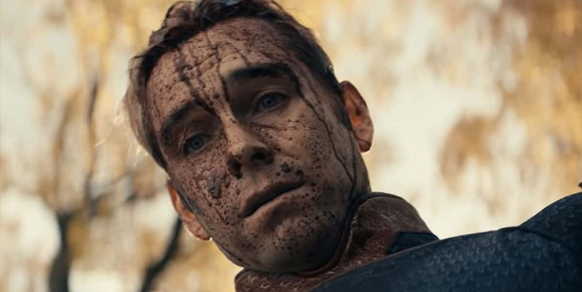 il patriota. col volto completamente ricoperto di schizzi di sangue, guarda qualcuno con grande tristezza - nerdface