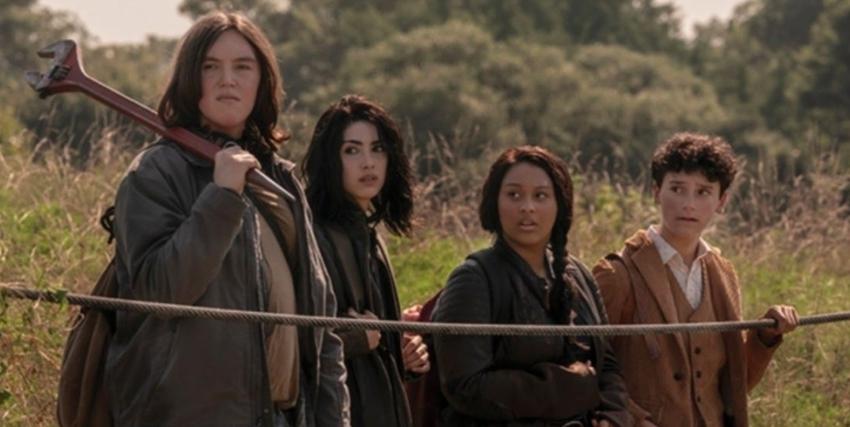 quattro ragazzi armati e vestiti di fortuna si voltano a guardare qualcosa: qualche zombie da tritare? - nerdface
