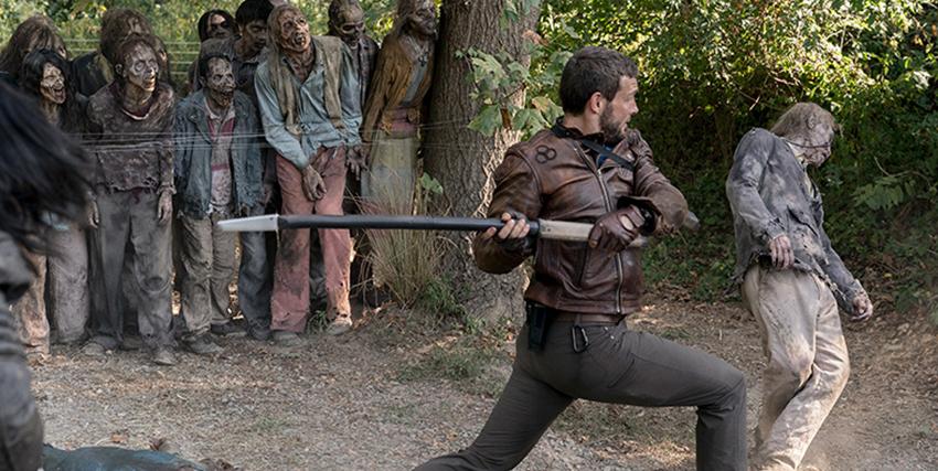 un uomo dimostra al suo pubblico come prendere a sprangate uno zombie - nerdface