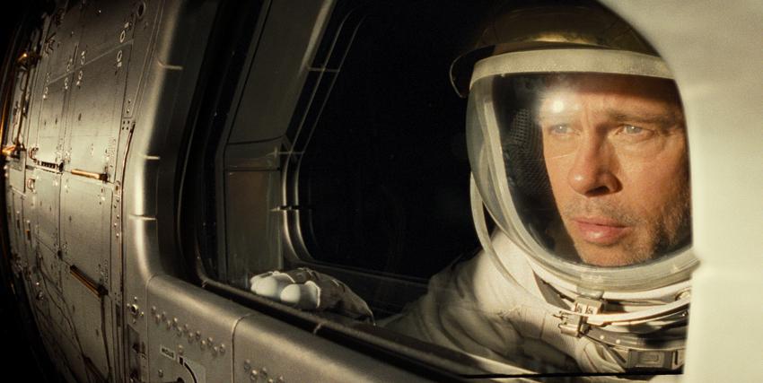 brad pitt con il casco d'astronauta osserva la terra che sta per allontanarsi, poco prima di un lancio - nerdface