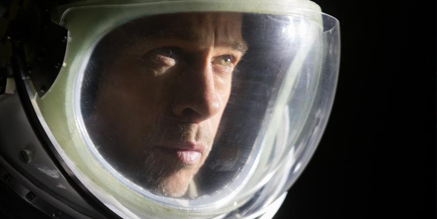 brad pitt indossa la tuta d'astronauta e osserva la luce di una stella, forse intuendo qualcosa - nerdface