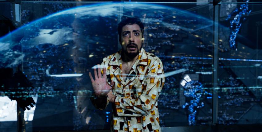 il leader dei the jackal guarda con terrore da una vetrata l'arrivo degli alieni - nerdface