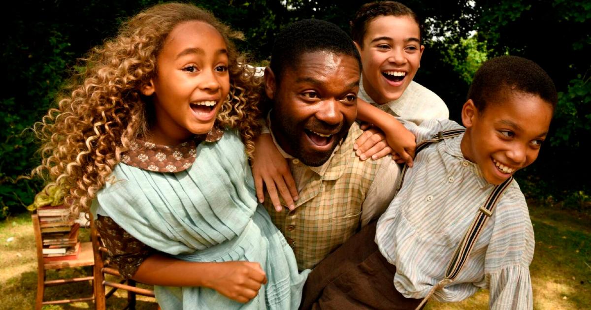 alice e peter ridono mentre sono in braccio al padre, che sta correndo - nerdface