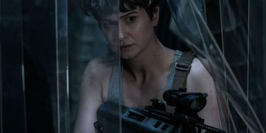 la protagonista femminile imbraccia un fucile in cerca del nemico - nerdface