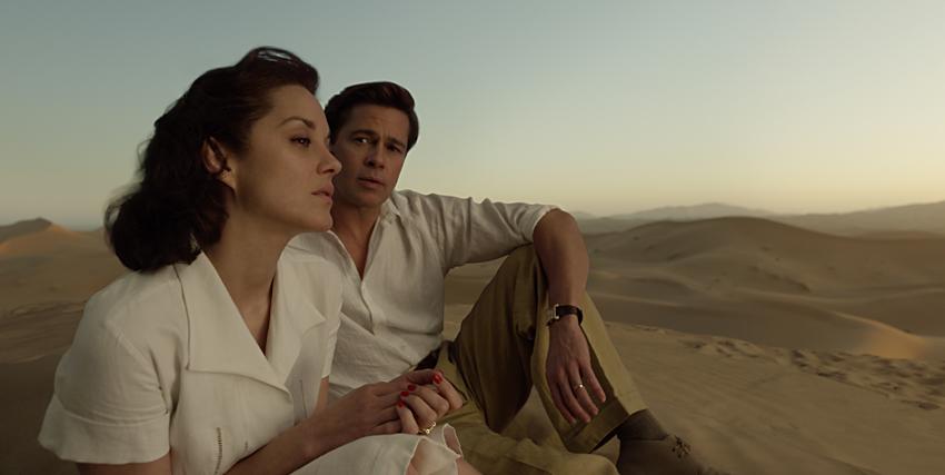brad pitt guarda marion cotillard sullo sfondo di uno scenario desertico - nerdface