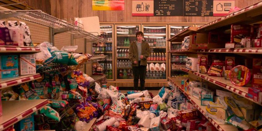 sophie lillis guarda attonita una corsia di un supermercato in cui tutti i prodotti degli scaffali sono caduti in terra - nerdface