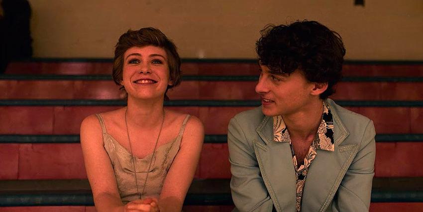 sophie lillis sorride seduta su una panca e accanto ha un amico - nerdface