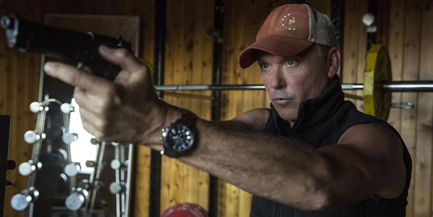 michael keaton indossa un berretto da baseball e punta una pistola verso qualcuno o qualcosa - nerdface
