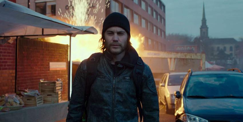 il protagonista indossa uno zucchetto di lana e lascia un edificio in fiamme - nerdface