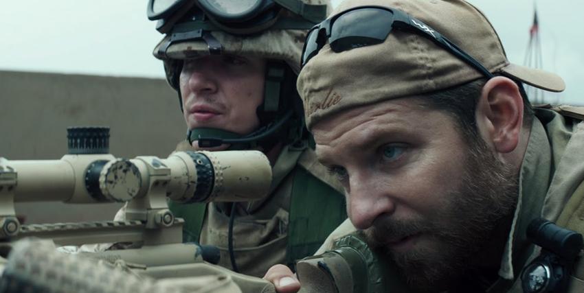 bradley cooper interpreta il cecchino chris kyle mentre è disesto e prende la mira col suo fucile di precisione - nerdface