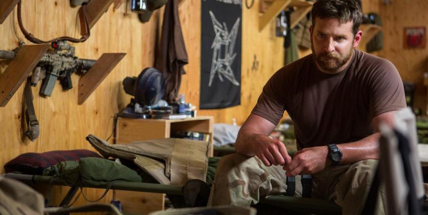 bradley cooper è chris kyle da solo in una sala piena di armi e sta affrontando il trauma della dei reduci della guerra in iraq - nerdface