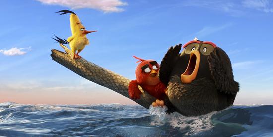 i tre uccelli sono alla deriva in mare su un tronco e bomb chiama aiuto - nerdface