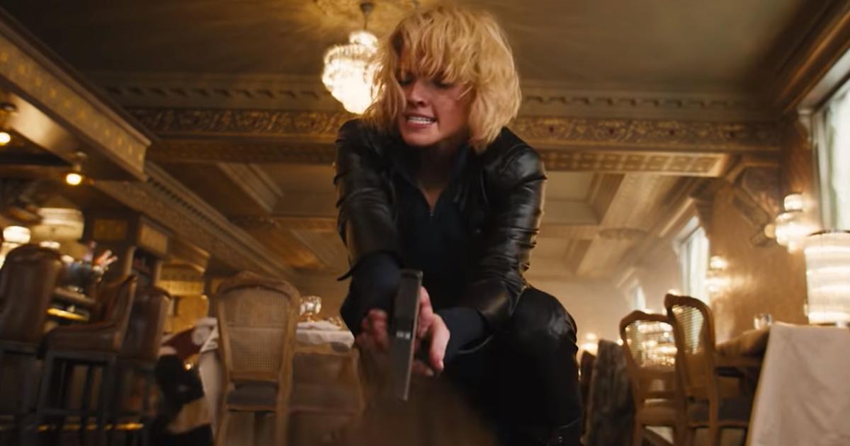 anna sta puntando la pistola contro un nemico a terra, all'interno di una lussuosa sala da pranzo - nerdface