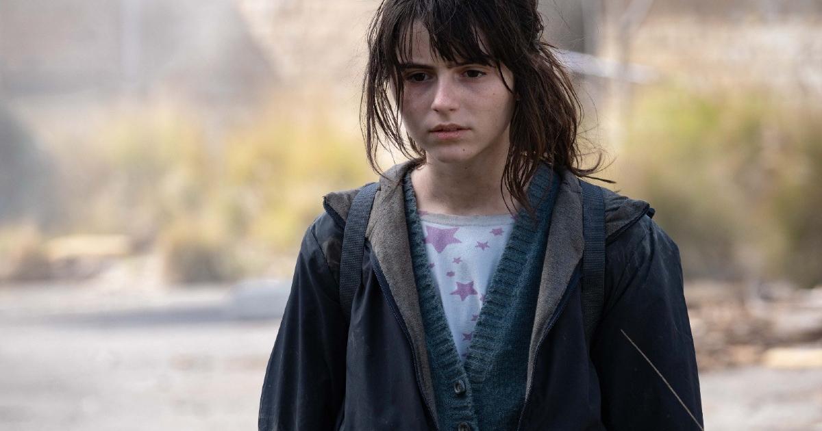 la giovane anna vaga sconsolata in una strada - nerdface