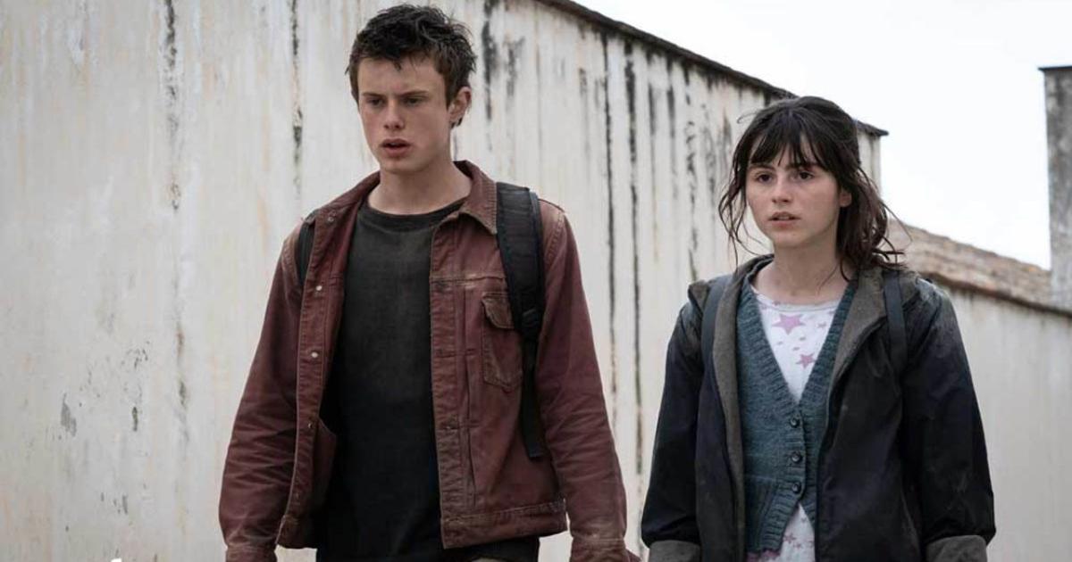 anna e il fratello, sporchi e mal vestiti, stanno affrontando il loro viaggio - nerdface