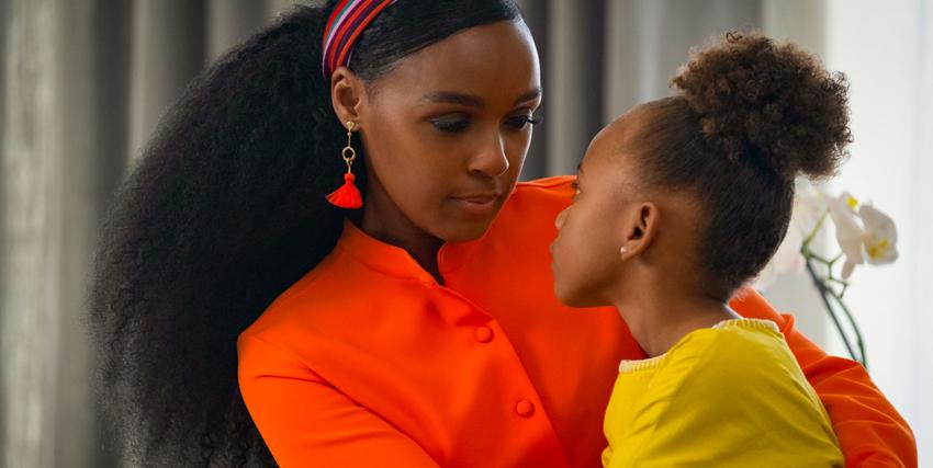janelle monae indossa un abito arancione e tiene in braccio la piccola figlia vestita di giallo - nerdface