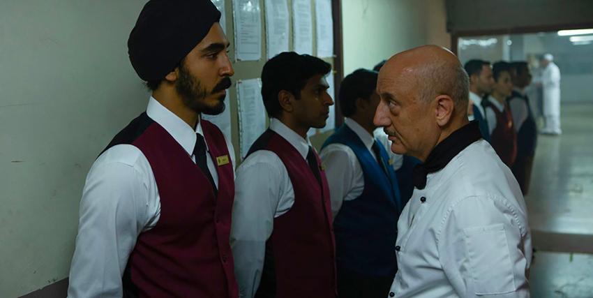 dev patel è un cameriere dell'hotel mumbai e sembra essere rimproverato dal capo del personale - nerdface