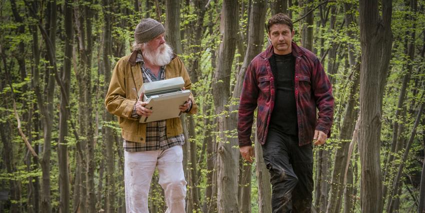 gerard butler e nick nolte camminano i nun bosco ne l pieno di una discussione - nerdface