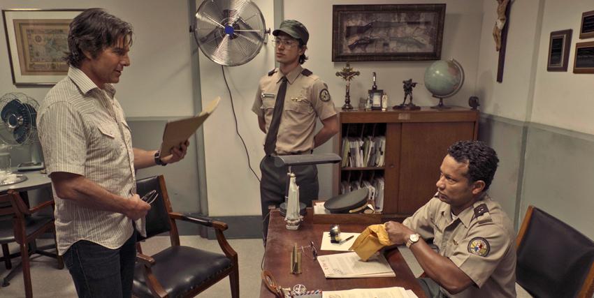 barry seal è presso un commissariato sudamericano e sembra proprio che stia corrompendo il responsabile - nerdface