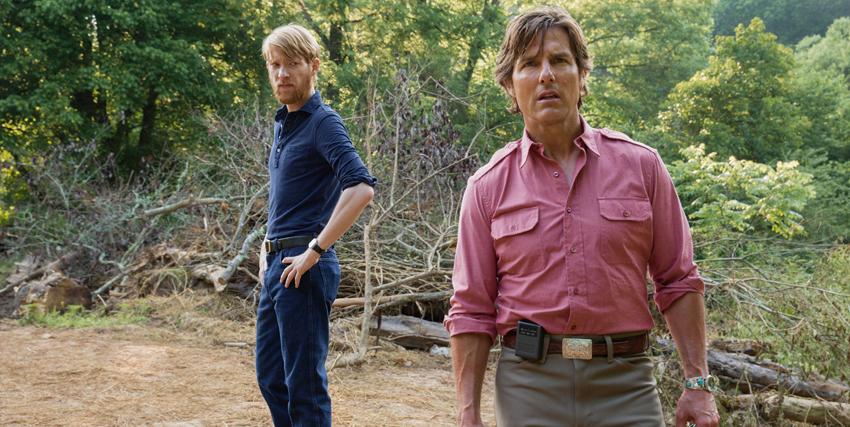 tom cruise in camicia rosa e in mezzo a una foresta guarda avanti a sé preoccupato - nerdface