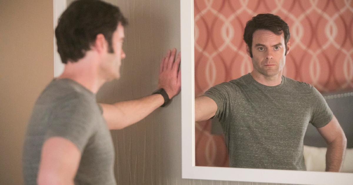 barry guarda uno specchio davanti a sé e l'immagine riflessa rende un uomo in crisi - nerdface