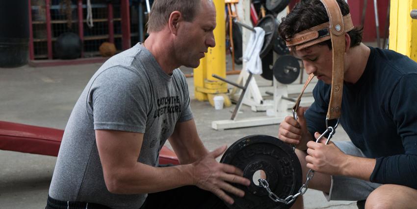 vinny paz si allena col suo coach sollevando col collo una pizza molto pesante - nerdface