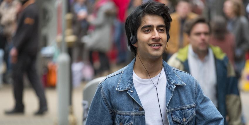 il protagonista cammina sereno per la strada ascoltando in cuffia il boss - nerdface