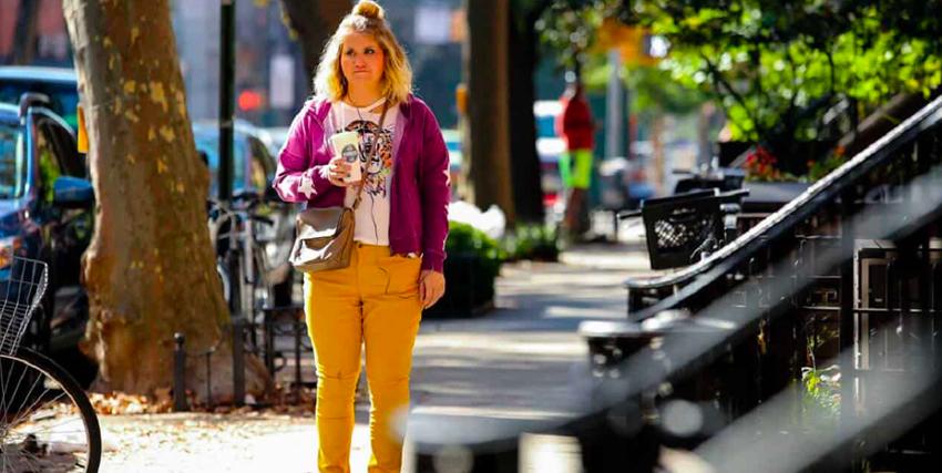 brittany è sul marciapiede, con una bibita in mano, ed è immobile, immersa nei suoi pensieri - nerdface