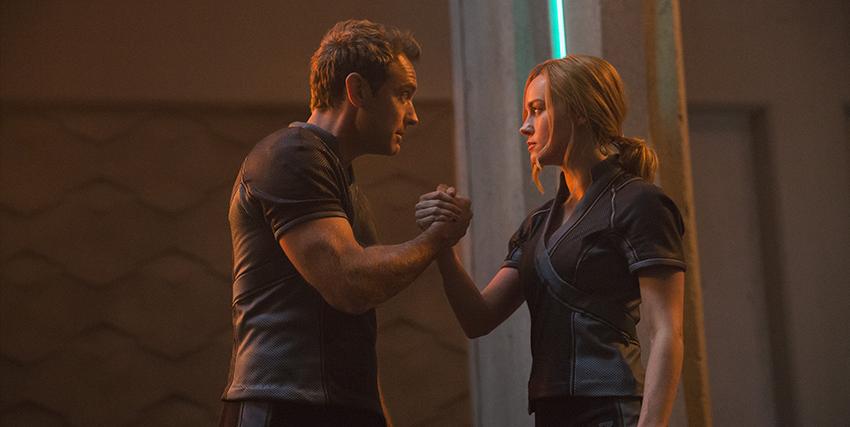 Brie Larson e Jude Law si stringono la mano - nerdface