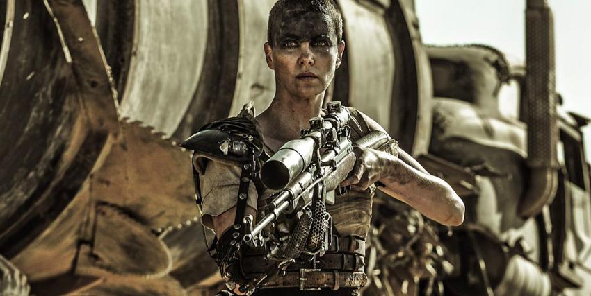Charlize Theron con un fucile in mano nel film Mad Max: Fury Road - nerdface