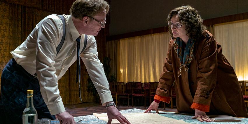 due scienziati del reattore si guardano con espressione molto seria - nerdface