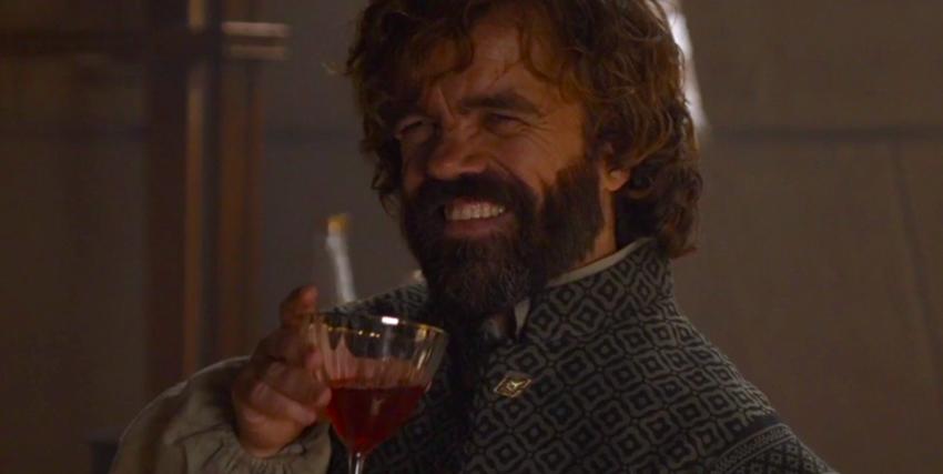 tyrion lannister ride sornione mentre tiene in mano un calice di vino rosso - nerdface