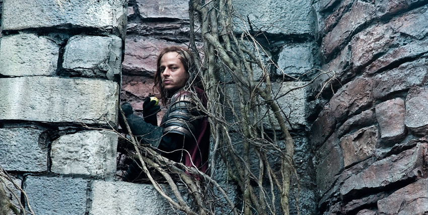jaqen si affaccia furtivo dalle mura, circondato da rami secchi - nerdface