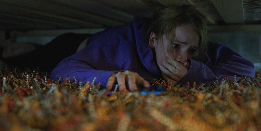 Quinn Harris si nasconde sotto al letto per non essere uccisa