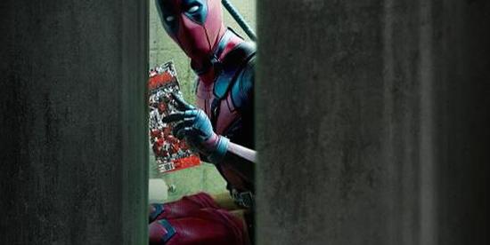 deadpool in bagno mentre legge un fumetto - nerdface