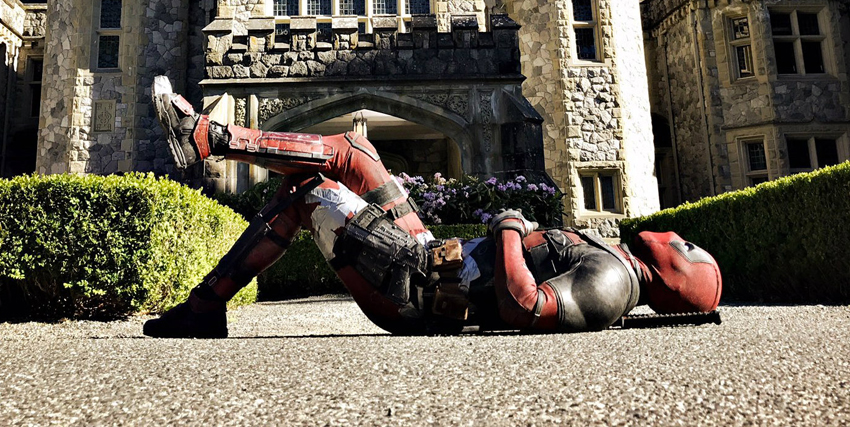 Deadpool sdraiato davanti l'entrata della X-Mansion - nerdface