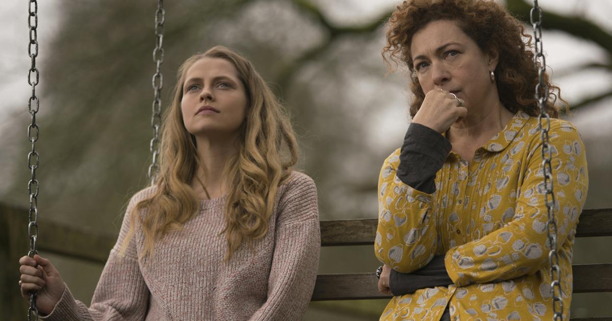 la protagonista è seduta su un'altalena insieme a un'altra donna ed entrambe sono molto pensierose - nerdface