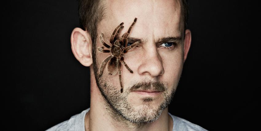 Primo piano di Dominic Monaghan con un ragno in faccia - nerdface