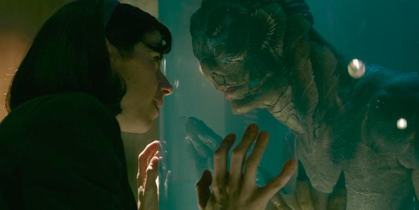 Romantico faccia a faccia tra la protagonista e Doug Jones nei panni del mostro marino ne La Forma dell'Acqua - nerdface